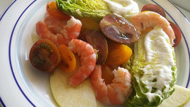 Ensalada de cogollos con tomates, manzanas, langostinos y salsa de queso azul