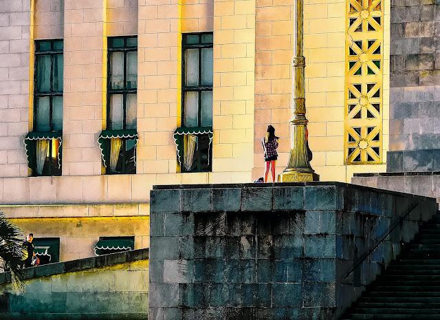 Ventanales y joven sobre escalinata fac.de Derecho