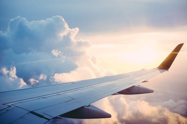 aile d'avion et nuages
