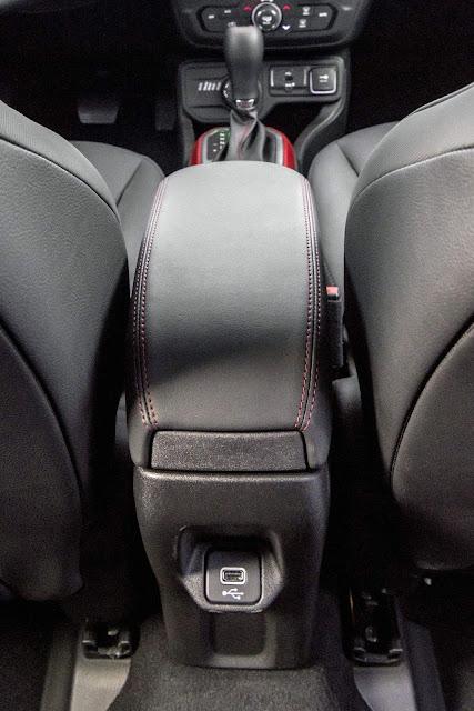 Jeep Renegade 2019 - USB no console traseiro