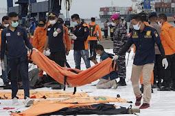 10 Kantong Bagian Tubuh dan 16 Kepingan Pesawat Berhasil Ditemukan Tim Pencari