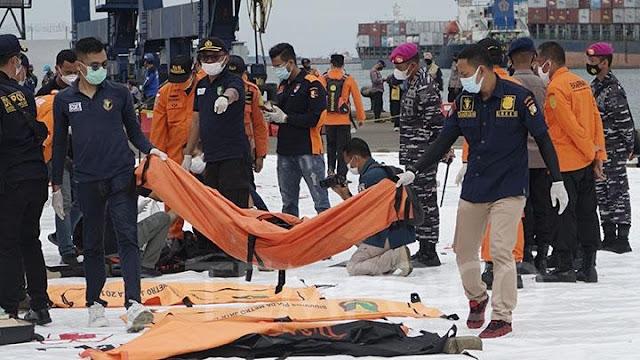10 Kantong Bagian Tubuh dan 16 Kepingan Pesawat Berhasil Ditemukan Tim Pencari.lelemuku.com.jpg