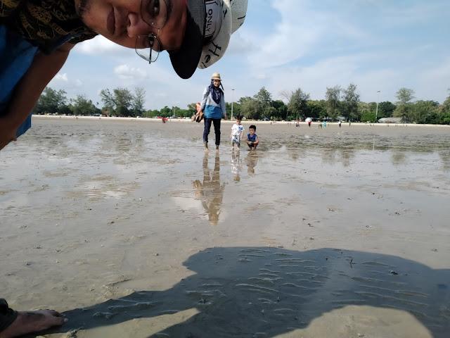 selfie di tengah laut surut pantai morib