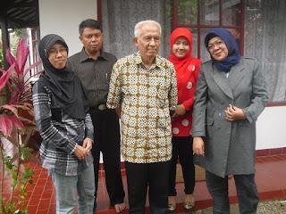 Biografi Yus rusyana, sastrawan dan guru besar pendidikan indonesia