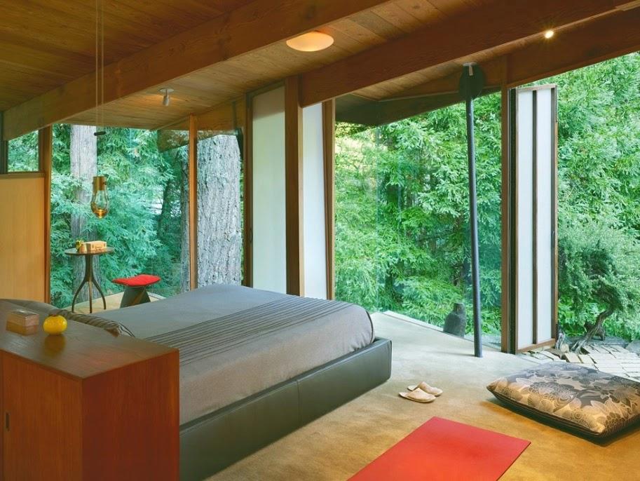 Rumah mungkin sangat kecil di Jepang, namun berkat desain minimalis dan hutan alami, Anda tidak pernah merasa sempit.