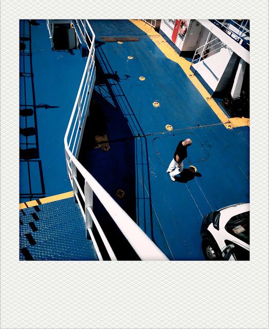 Polaroid di un passeggero che cammina sul pontile di un traghetto