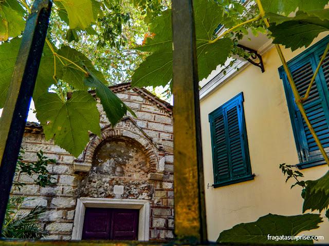 Jardim da igrejinha de Agios Ioannis Theologos (São João Evangelista), em Pláka, o bairro mais antigo de Atenas