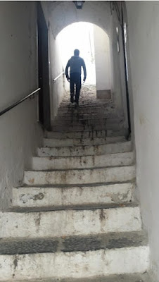 callejuela-estrecha-escaleras-en-amalfi-italia