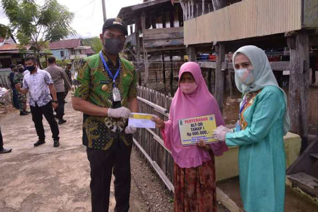 di Desa Pasimarannu, Kecamatan Sinjai Timur, bersama dengan pejabat daerah lainnya, Jumat (8/5/2020).