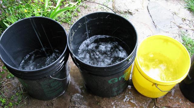 Vecinos de La Candelaria aprovechan la lluvia para recolectar agua potable