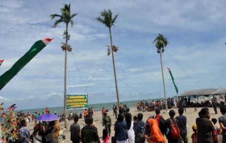 Lomba Ketangkasan Baruak Memetik Kelapa Warnai Festival Gandoriah 2016