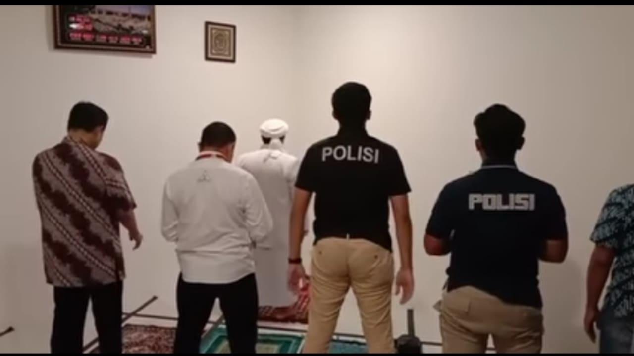 Video Habib Rizieq Jadi Imam Shalat Berjamaah dengan Penyidik
