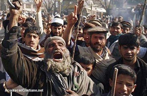 Turba de musulmanes protestan contra quema de Corán