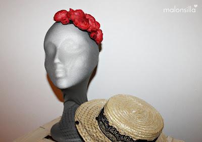 2 en 1, diadema de flores rojas y canotier con encaje negro