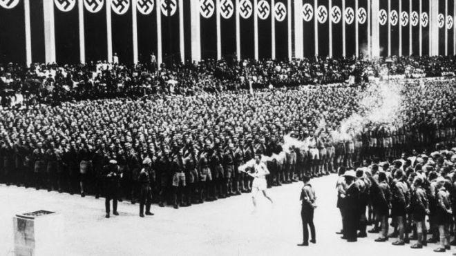 Gambar larian obor pertama yang diperkenalkan dalam Sukan Olimpik oleh Nazi