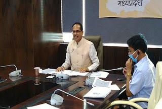आईएएस के ट्रांसफर के बारे में बातचीत करते हुए मुख्यमंत्री शिवराज सिंह चौहान - फोटो : shivraj twitter handle