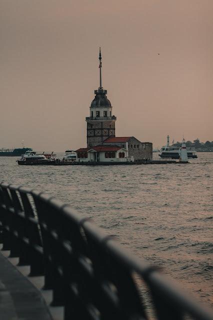 صورة جميلة لبرج الفتاة الذي يقع وسط البحر في مضيق البوسفور في مدينة إسطنبول
