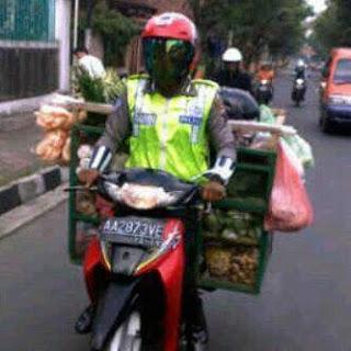 gambar-gokil-polisi-dagang-sayuran.jpg