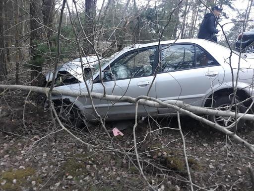 Kokā avarējušai automašīnai sabojāta priekšējā daļa