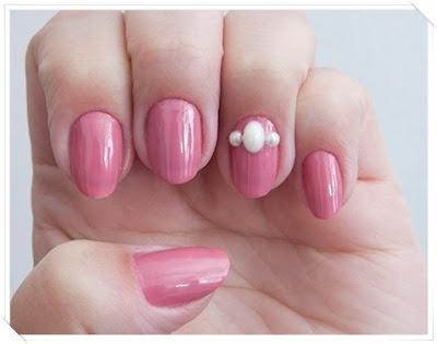 Esmalte rosa com decoração em pérola