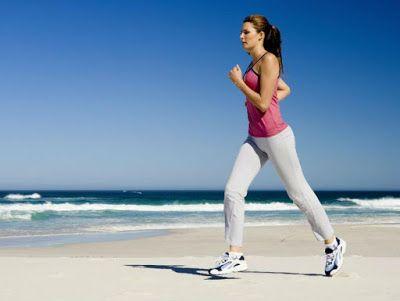 Consejos saludables. Mujer corriendo en playa
