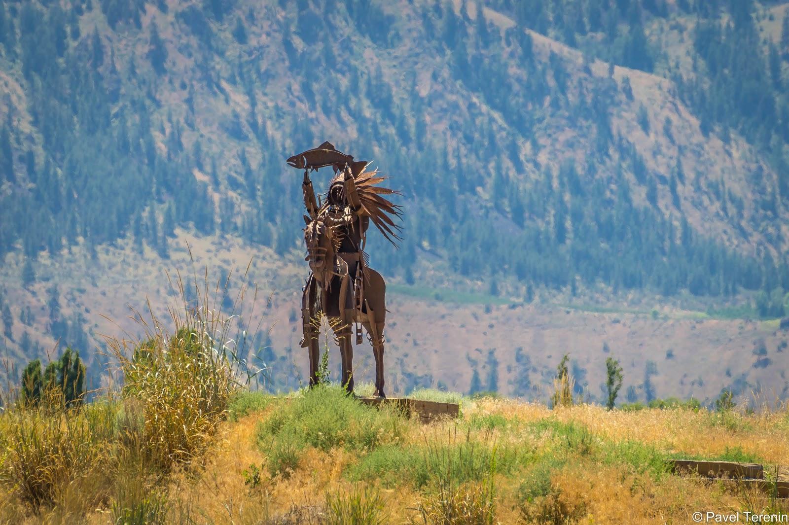 На берегу реки поставлен памятник индейцу племени Якима, жившему на этих землях до прихода европейцев.