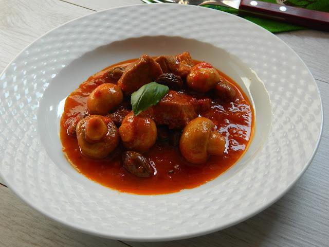 Pulpa de porc cu ciuperci in sos de rosii
