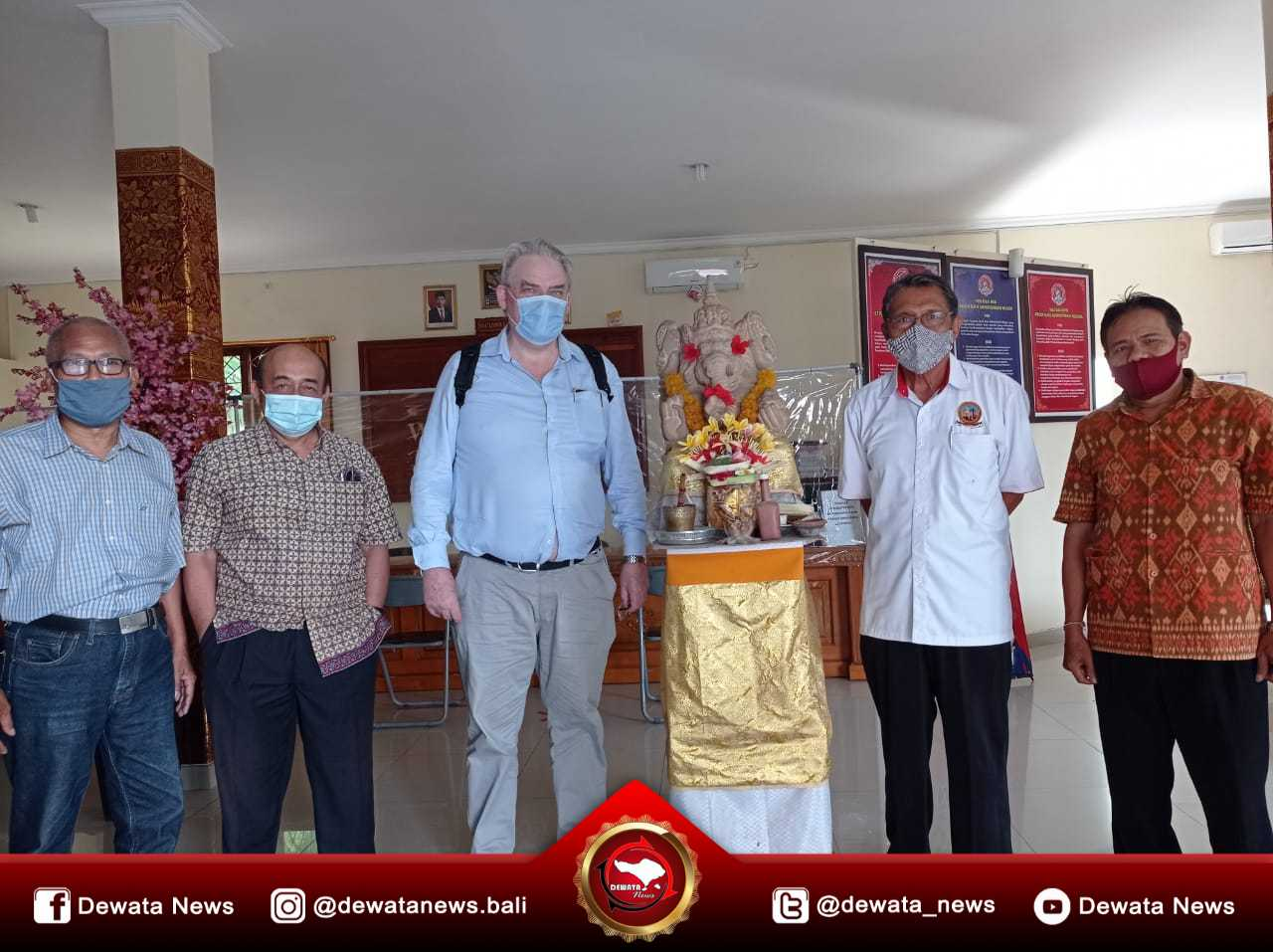 Prof. Simon Field (tengah) saat berkunjung ke STISPOL Wira Bhakti dan diterima Ketua STISPOL Wira Bhakti, Prof. Dr. Wayan Windia, SU (nomor 2 dari kanan) dan jajarannya