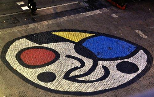 Fotografía del Mosaico del Pla de l'Os, también conocido como Pavimento Miró, de las Ramblas de Barcelona