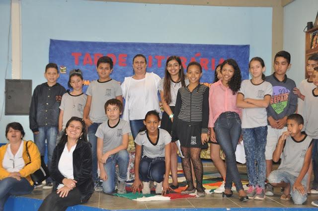 """Alunos da Escola Irene Machado de Lima emocionam público em """"Tarde Literária"""" que homenageia 42 escritores brasileiros"""