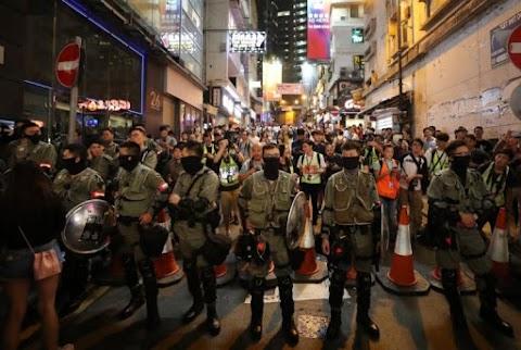 Peking tiltakozik a hongkongi tüntetőket támogató amerikai törvényjavaslat ellen