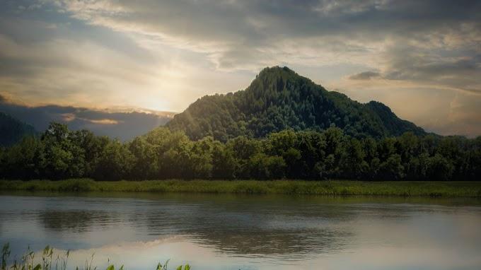 Paisagem Natural com Lago, Montanha e Floresta