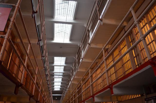 Celas dentro da prisão.