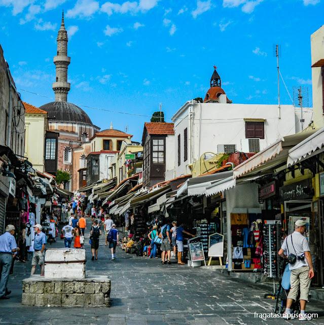 Rua Socratous, antigo bazar turco na Cidade de Rodes, Grécia