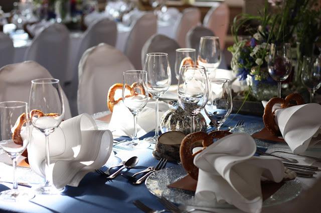 Tischdeko Heiraten in Bayern, Hochzeit in den Bergen von Garmisch-Partenkirchen, Riessersee Hotel - getting married in Bavaria, Bavarian style wedding, dunkelblau und bunte Wiesenblumen