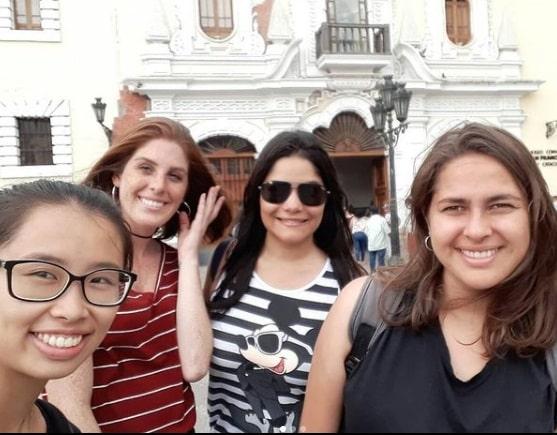 4 meninas jovens em frente a uma entrada de museu