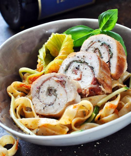 Gerolltes Hühnerbrustfilet mit Pasta - Involtini di pollo