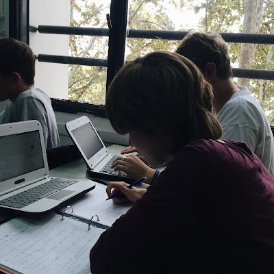 Alumnos haciendo apuntes en clase