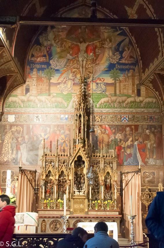Interior de la basilica de la santa sangre en Brujas en Belgica