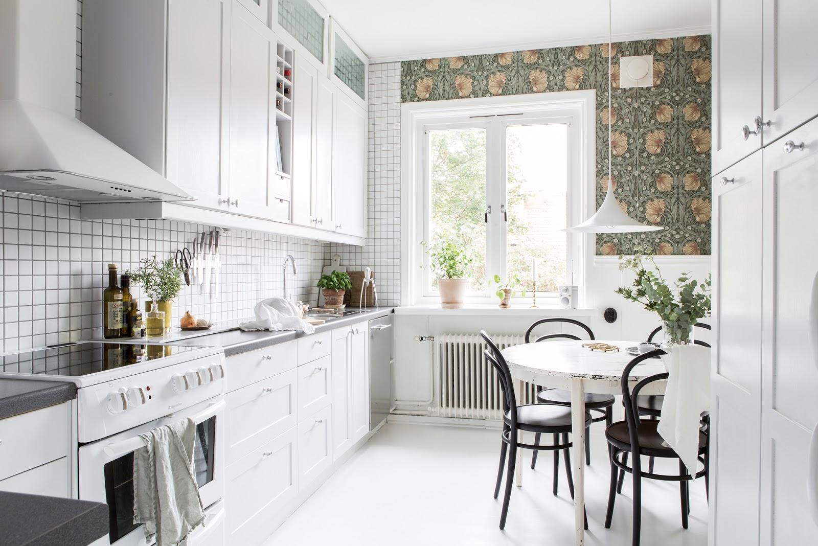 Tapet cu flori și finisaje în alb într-un apartament de 56 m² din Suedia