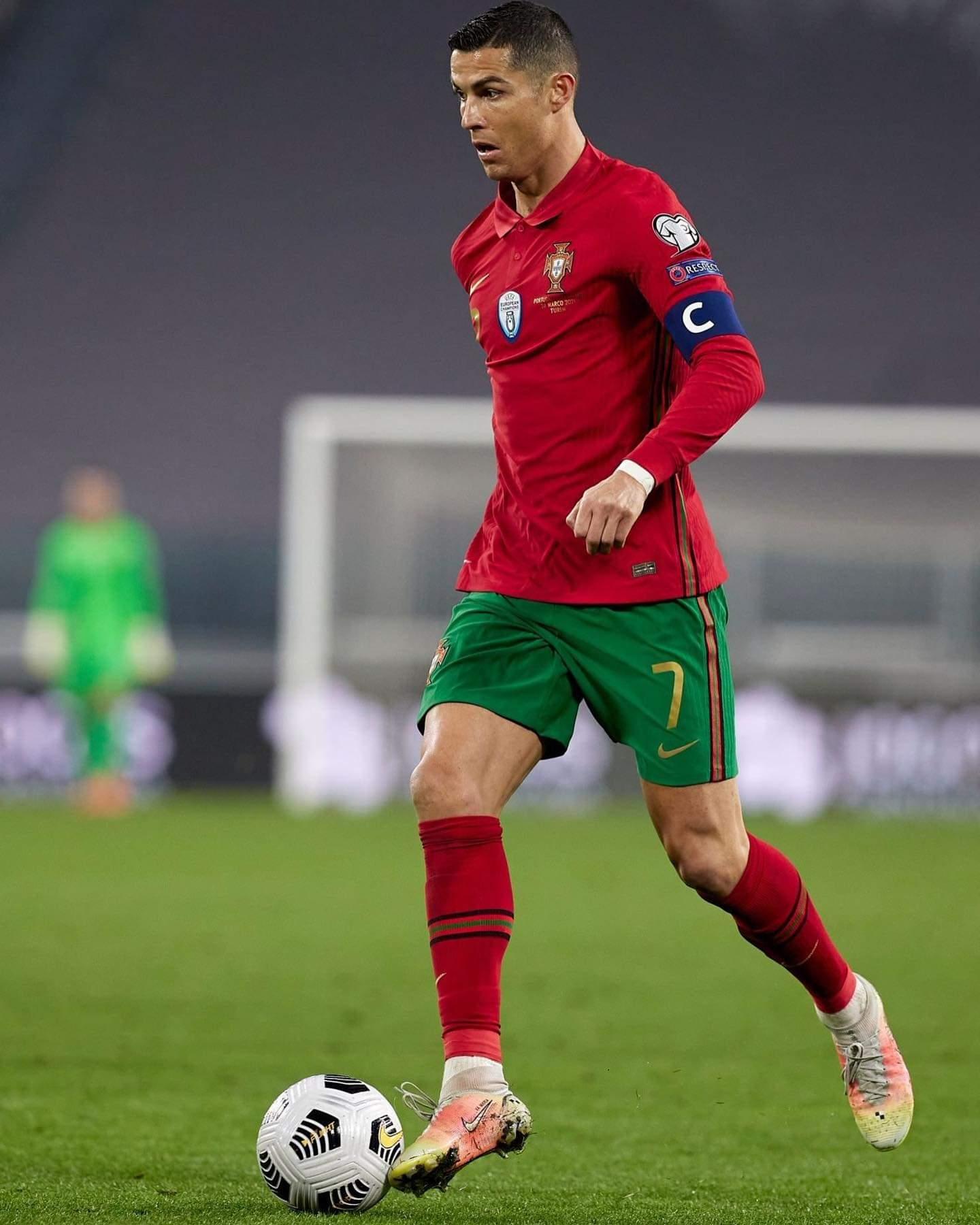 サッカーボールをドリブルするクリスティアーノ・ロナウド