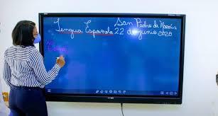 Ministerio de Educación continúa entrega de pizarras digitales
