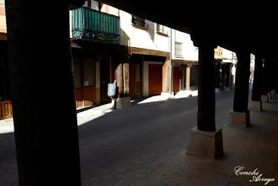 Imagen de los soportales de la calle mayor, de madera muy oscura y que como en todas las ciudades castellanas servian para resguardarse de las inclemencias del tiempo.