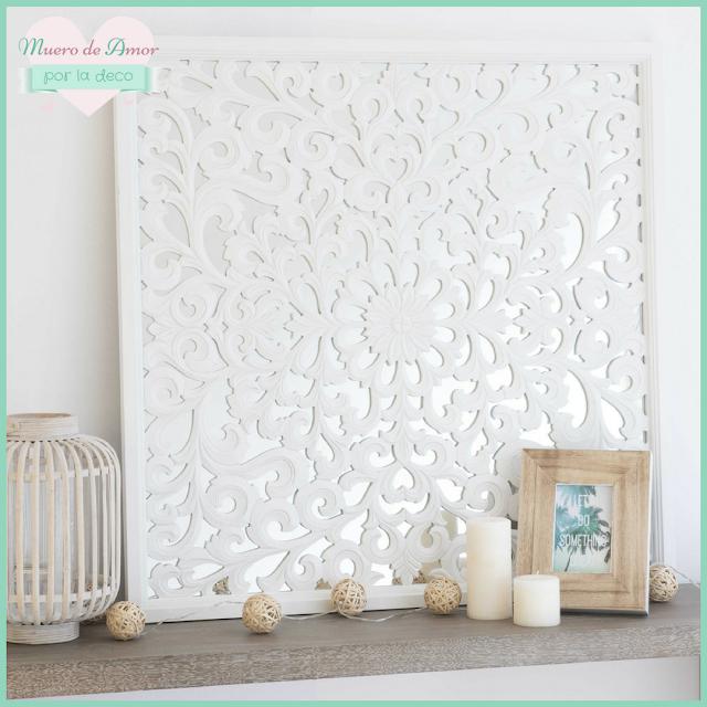 Decoración en blanco con cuadros de madera calados