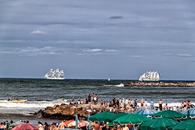 Paisaje marino con fragatas de fondo