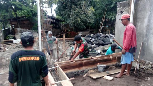 Babinsa Bantu  Pembanguan Rumah Warga Di Wilayahnya
