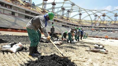 Trabajadores extranjeros levantan en Catar las infraestructuras del Mundial de Fútbol de 2022.