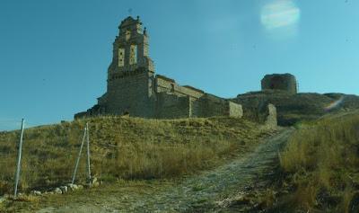 ruinas de la iglesia y del castillo vistas desde el camino que conduce a ellas