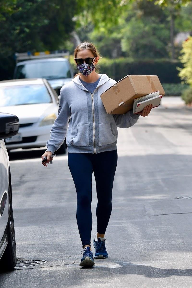 Jennifer Garner Spotted at Post Office in Brentwood 17 Sep- 2020