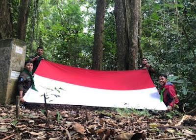 HUT RI Ke-76 : Unit Kegiatan Mahasiswa (UKM) Pencinta Alam CEMPAGA STIKes MNI Sigli Kibarkan Bendera Merah Putih di Puncak Seulawah